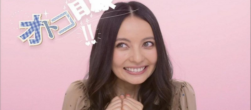 Becky est une hâfu d'origine anglaise, star des plateaux TV