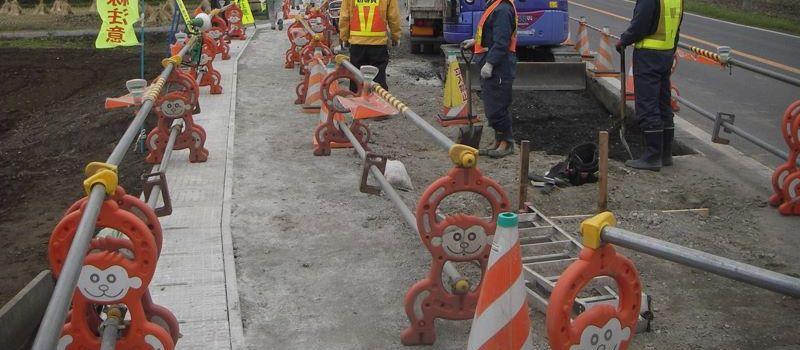 Voici un exemple de chantier public avec un passage aménagé et des singes pour vous éclairer !