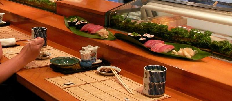 Le sakana est souvent accompagné de sake, même aujourd'hui. Bon c'est du thé sur la photo par contre...