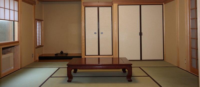 Ima salon japonais où est généralement disposée une table basse.