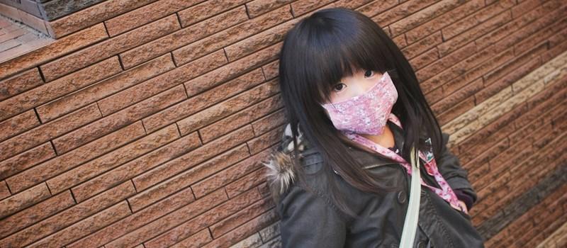 Jeune japonaise de 5 ans portant un masque fashion. Photo prise par MIKI Yoshihito de Flickr.