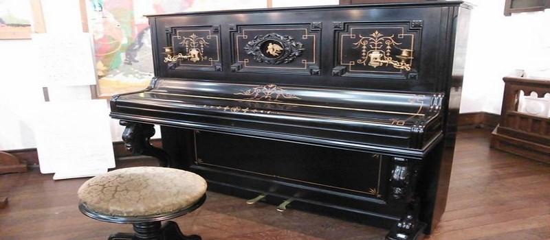 L'un des premiers piano droit japonais (アップライトピアノ). Et oui, il fallait avoir les moyens !