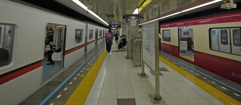 """Lorsqu'on monte dans le train au moment de la fermeture des portes, on dit """"girigiri datta !""""."""